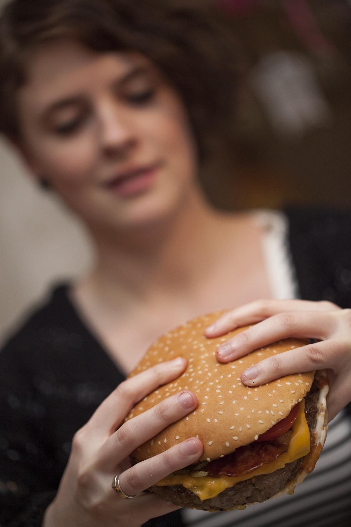 Hoe eet ik een broodje hamburger zonder te knoeien - Hoe een keuken te verlichten ...